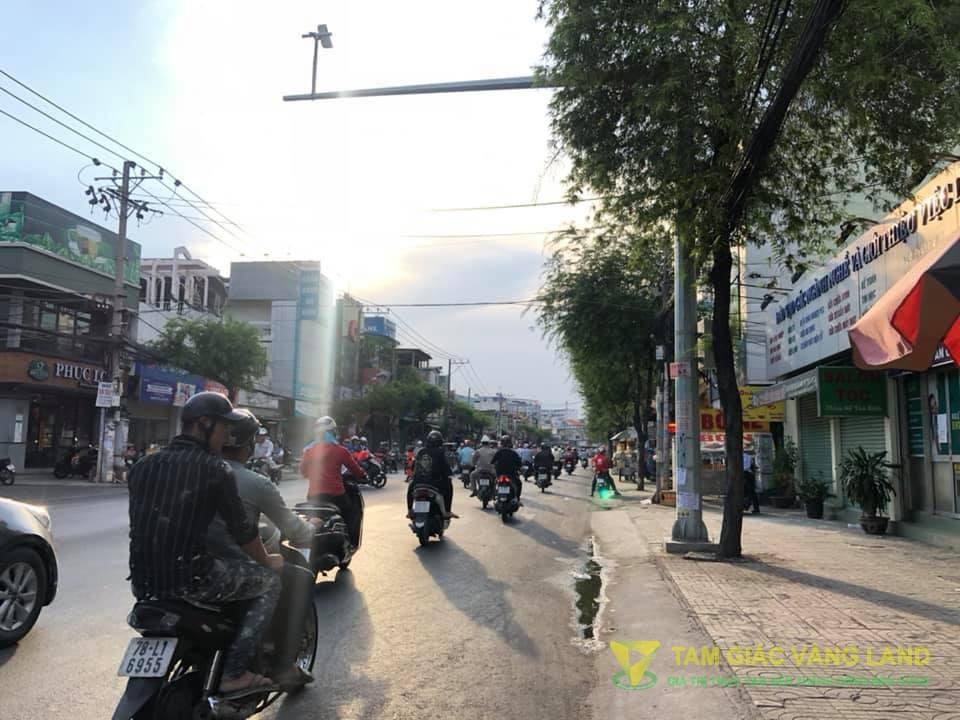 Cho thuê nhà mặt tiền đường Trường Chinh, Phường 14, Quận Tân Bình, DT 8x30m, 1 trệt, 1 lửng, 2 lầu, Giá 180 triệu/tháng